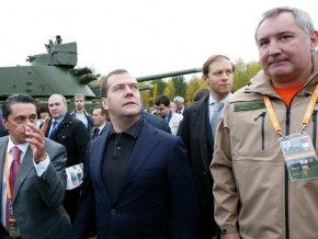 """Медведеву показали универсальную танковую платформу """"Армата"""""""