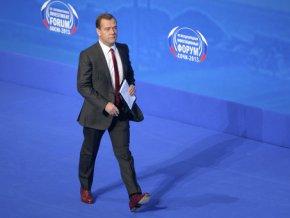 Медведев: пора отказаться от поддержки занятости любой ценой