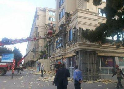 В Баку демонтируют легковоспламеняющуюся облицовку