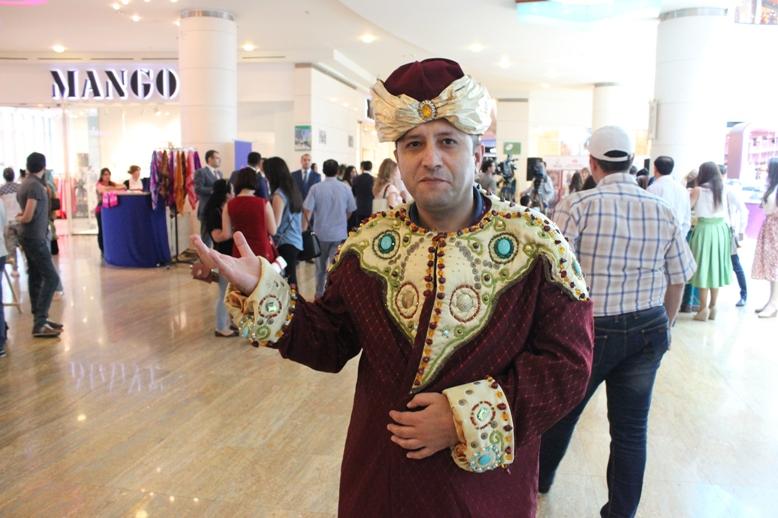 Гости Евроигр в азербайджанской национальной одежде