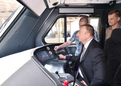 Президент Азербайджана ознакомился с новым электропоездом